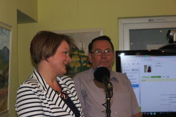 Reprezentatul Primariei Sighetu Marmatiei, Mirela Buftea, a inmanat diplome de merit alaturi de Directorul Radio Sighet, Dorel Todea