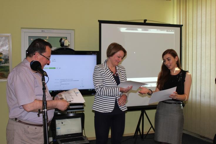 Mirela Buftea oferind diplome de merit studentilor participanti