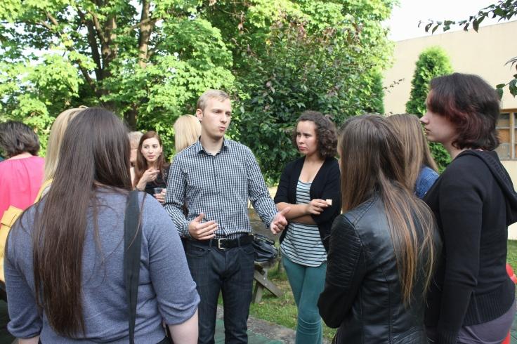 Elevii interactioneaza cu studentii la finalul evenimentului