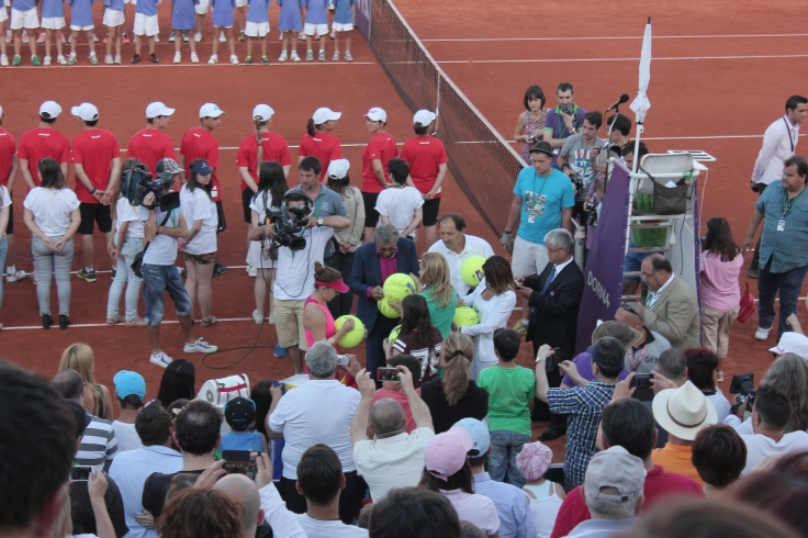 Simona Halep signed several tennis balls for the audience along with tennis legend Ilie Nastase and world-renown gymnast Nadia Comaneci