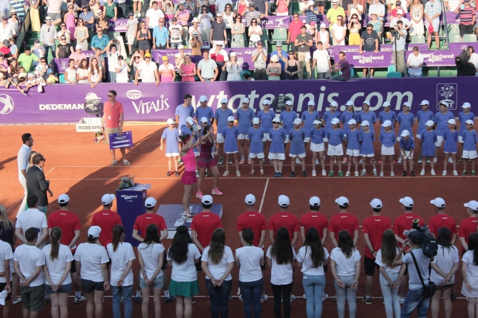 Simona Halep and Roberta Vinci receive their awards